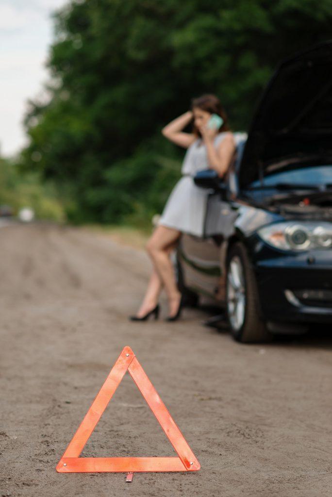 Wezwanie pomocy drogowej to jeszcze nie wszystko! Za niestosowanie się do przepisów ruchu drogowego przez kierowców, którzy podczas postoju awaryjnego nie włączą odpowiednich świateł i nie rozstawią trójkąta odblaskowego, grożą kary